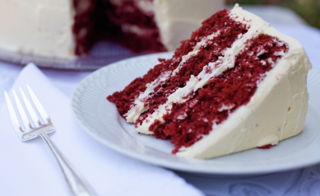 red velvet cake with eggnog frosting